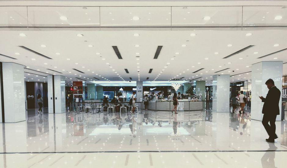 un homme avec son téléphone dans un centre commercial