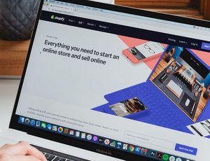 La page d'accueil de Shopify ouverte sur un MacBook
