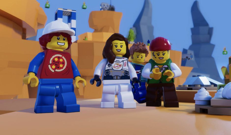 Quatre figurines LEGO dans un monde virtuel.