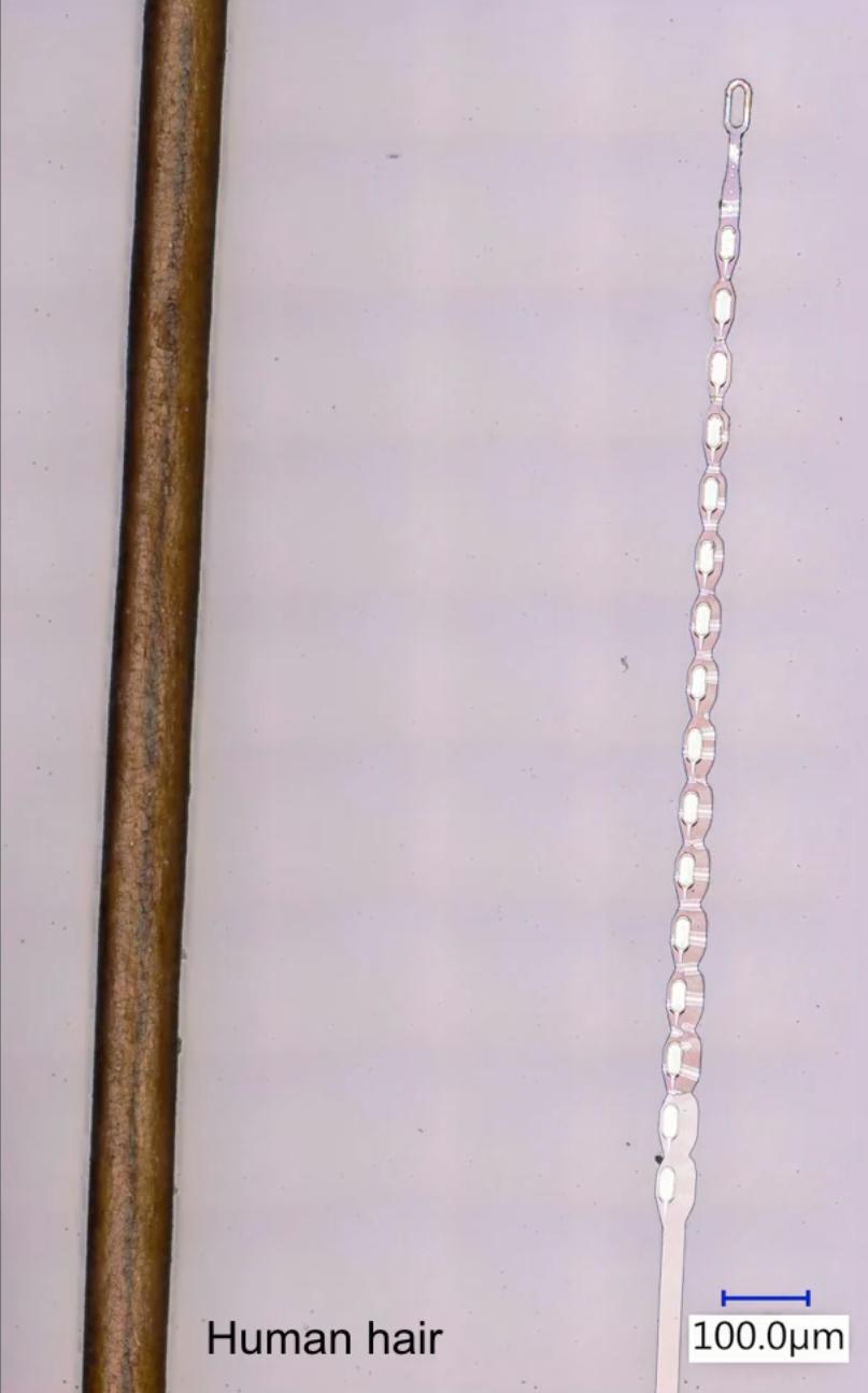 Un fil contenant des électrodes comparé à un cheveu