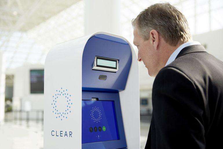 homme qui scanne son iris avec Clear dans un aéroport