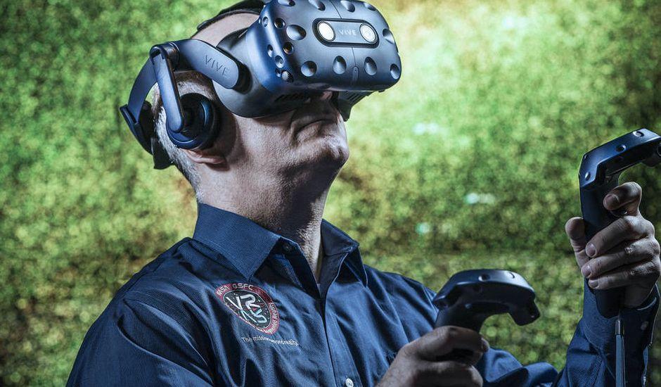 Un ingénieur de la NASA avec un casque de VR.