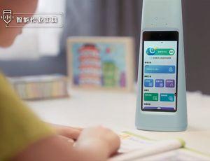 Une lampe ByteDance posée sur le bureau avec un enfant qui interagit avec.