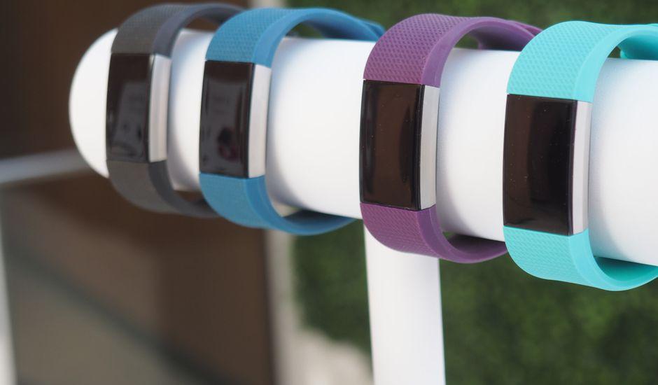 Des montres Fitbit attachées à un socle.