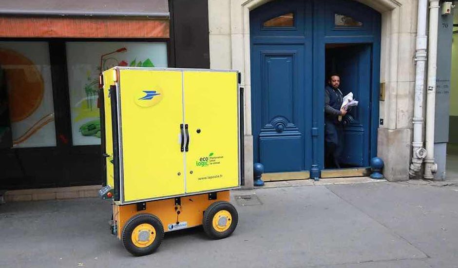 Des robots accompagnent nos facteurs, en France.