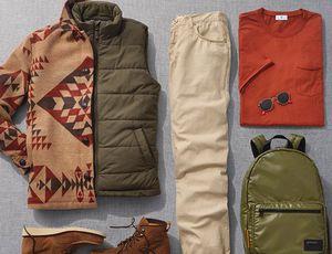 Des vêtements d'homme rangés au sol.
