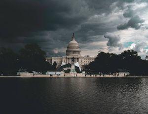 Le Capitole américain sous un ciel nuageux.