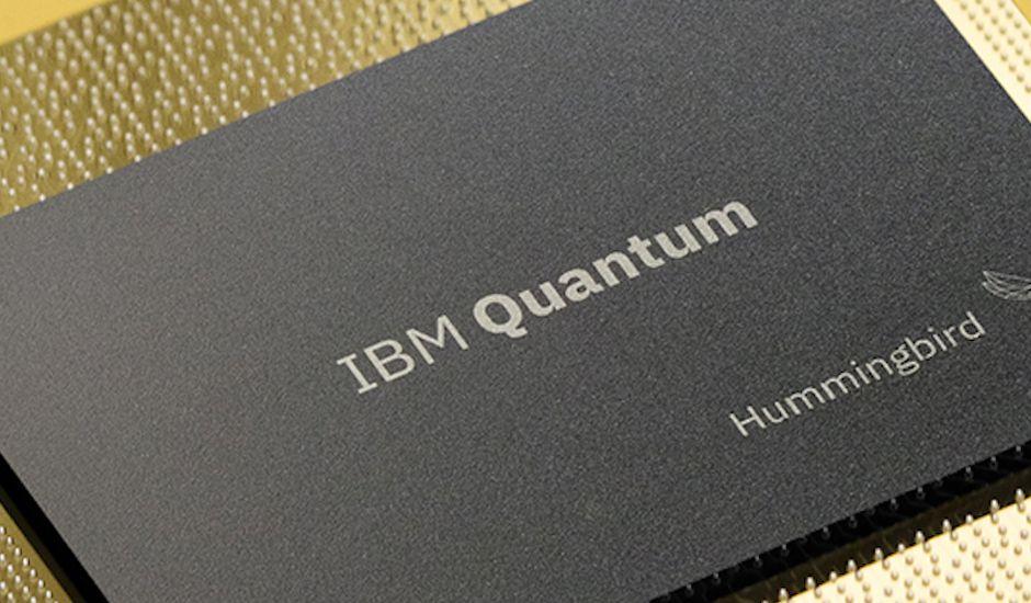 Gros plan sur le processeur quantique Hummingbird créé par IBM