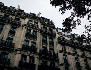 Un bâtiment typiquement parisien avec les fenêtres fermées.