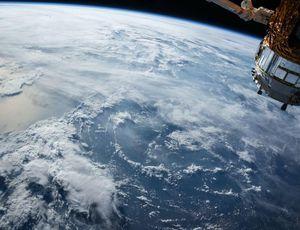 Photo d'un satellite au dessus de la Terre