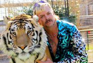 Joe Exotic pose avec un tigre