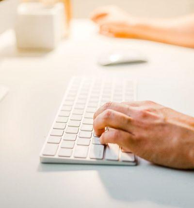 une personne tapant sur son clavier