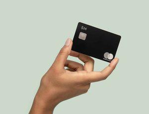 Une main tenant carte bancaire N26