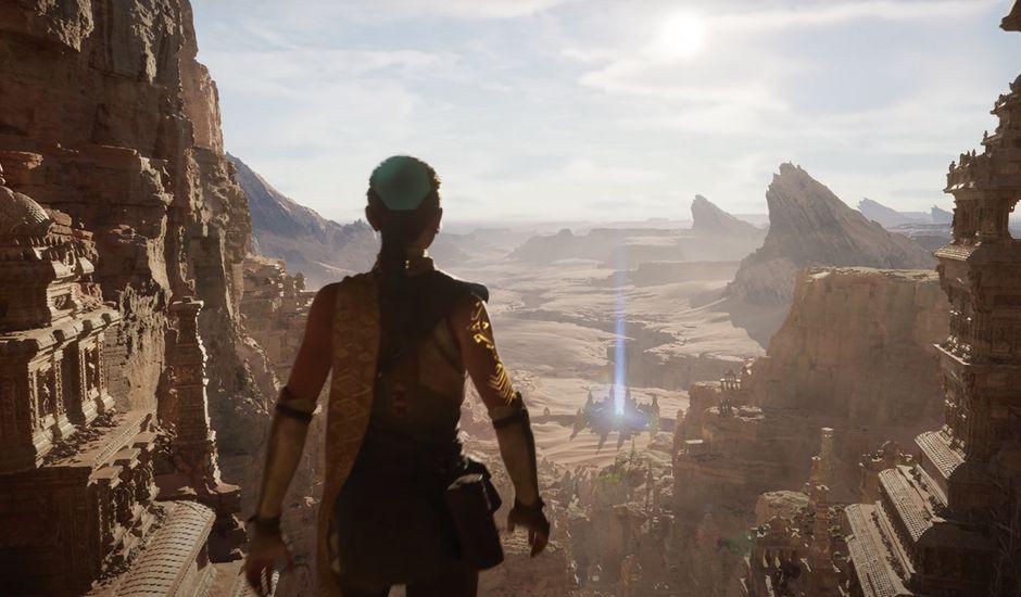 Un personnage de jeu vidéo se tient de dos au sommet d'une montagne et admire le paysage