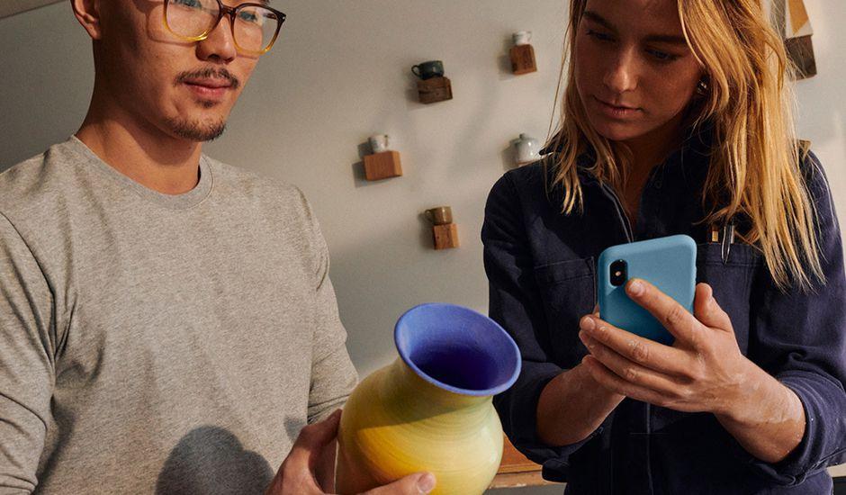Un couple met un objet à vendre sur MarketPlace de Facebook.