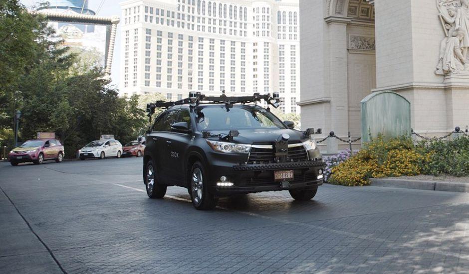 Une voiture autonome Zoox dans la rue.