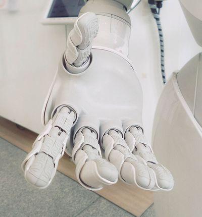L'Homme et le robot collaborent pour faire avancer la recherche.