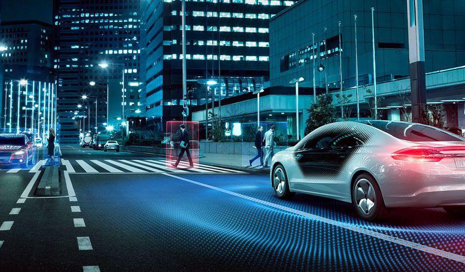 Une voiture autonome roule dans les rues d'une grande ville.