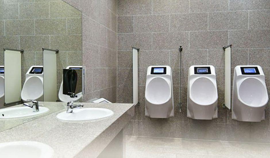 smart toilets : publicité sur les urinoirs