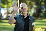 Jeff Bezos patron amazon qui salue de la main