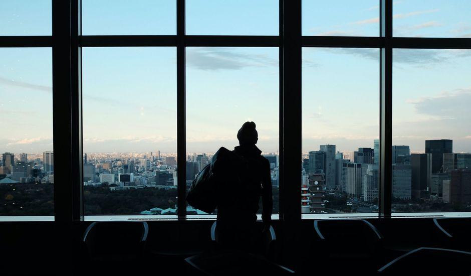 une femme dans la pénombre regardant le ciel