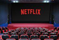 Le logo de netflix affiché sur un écran de cinéma