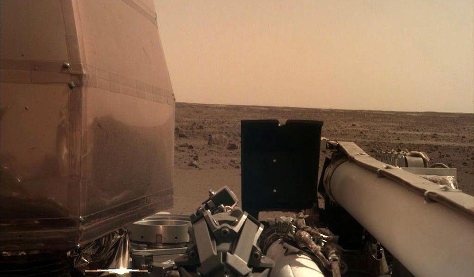 Première photo de la son InSight sur Mars