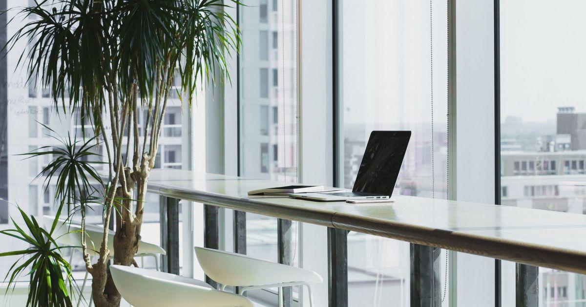 un ordinateur portable dans un bureau