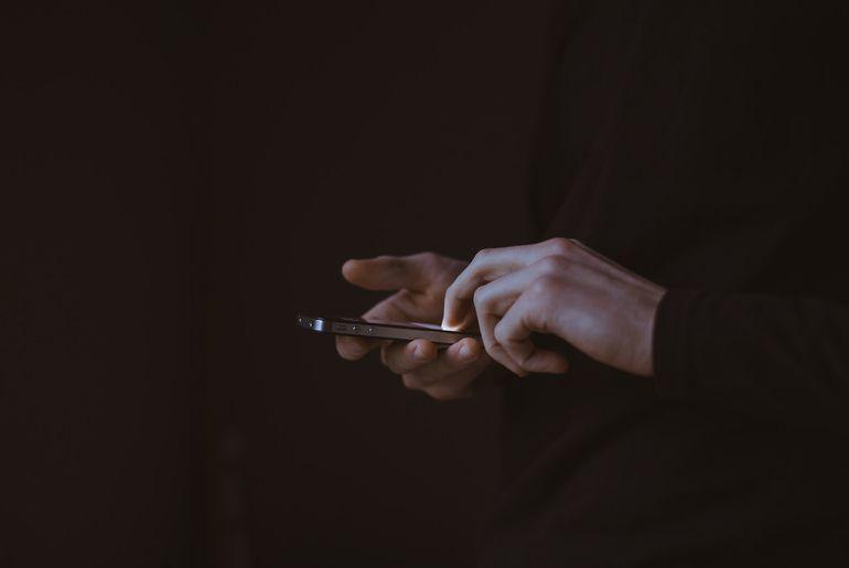 Une personne en train d'écrire sur son smartphone