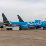 Un avion d'Amazon Air posé au sol.