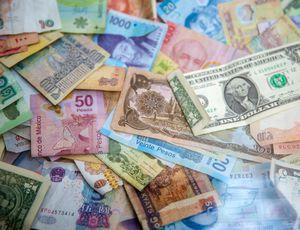 Des billets de plusieurs pays étalés