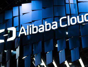 Le logo de alibaba cloud sur un stand