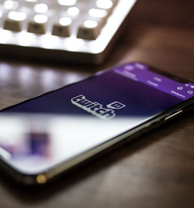 Aperçu d'un smartphone connecté à Twitch.