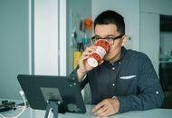 un employé devant sa tablette Mac