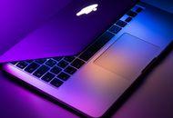 Un MacBook à moitié fermé.