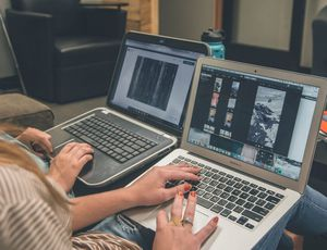 Deux employées travaillent des visuels sur leur ordinateur