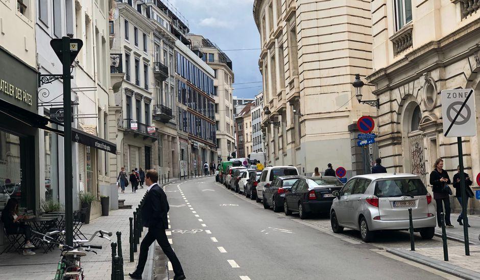 Des voitures stationnées dans une rue
