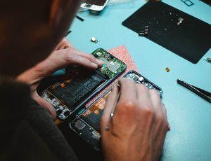 un réparateur de smartphone