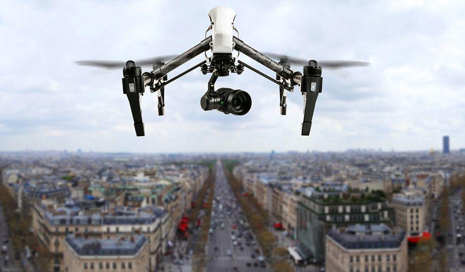 Un drone qui vol dans le ciel de Paris.