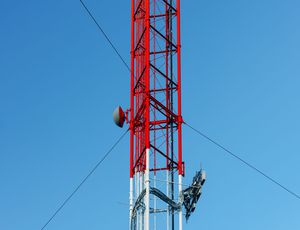 Un émetteur radio blanc et rouge