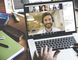 Photographie de l'utilisation du mode webinar sur le logiciel Zoom désormais banni sur les ordinateurs d'employés Google
