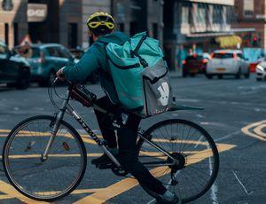 Un livreur Deliveroo sur son vélo dans la rue