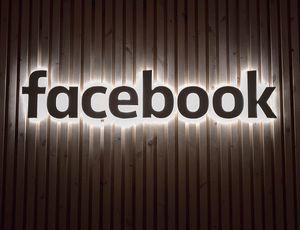 Facebook : le logo illuminé sur un mur.
