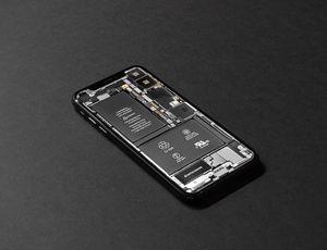 Un iPhone sans écran, dont les pièces sont visibles.