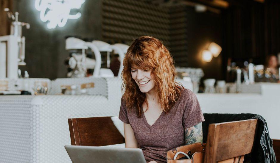 Une jeune femme sur un site e-commerce