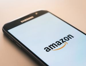 L'application Amazon se lance sur un smartphone