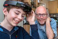 Microsoft fait essayer son casque HoloLens modifié à un enfant malvoyant.