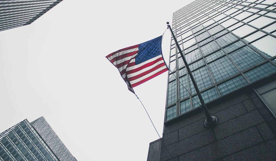 Un drapeau américain flottant entre les buildings.