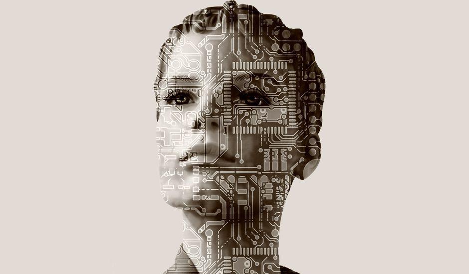 Illustration présentant une femme avec des motifs de circuits imprimés sur le corps