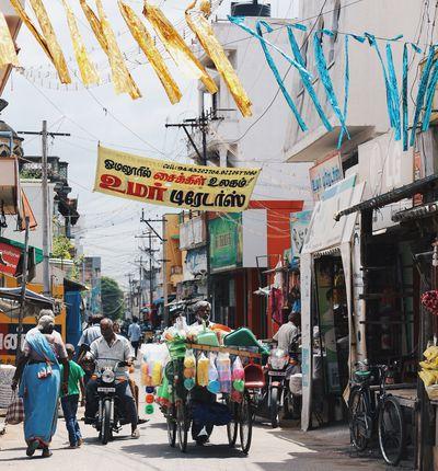 Cliché d'une rue bondée et colorée en Inde
